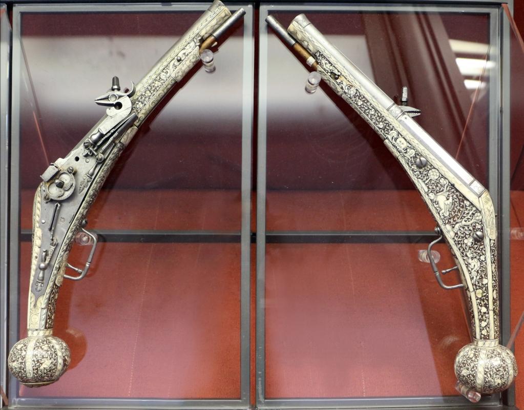 Augusta, coppia di pistole a ruota in acciaio, legno di noce, osso, bronzo dorato e ferro, 1590 ca - Sailko - Ravenna (RA)