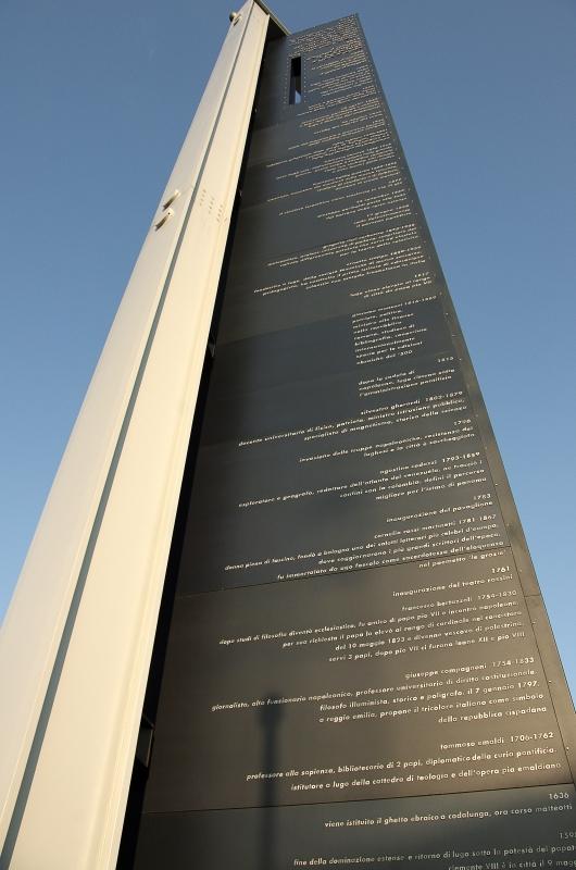 Monumento eretto qualche anno fa con la descrizione storica di eventi accaduti nei diversi secoli - Renzo favalli - Lugo (RA)