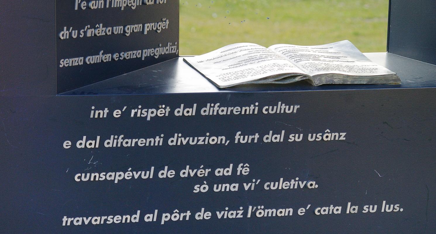 Meridiana dei popoli, particolare con descrizione in dialetto romagnolo - Renzo favalli - Lugo (RA)