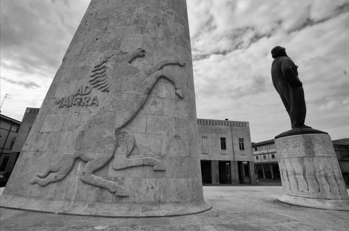 Monumento a Francesco Baracca da dove si evince il simbolo del cavallino rampante utilizzato oggi dalle Ferrari - Renzo favalli - Lugo (RA)