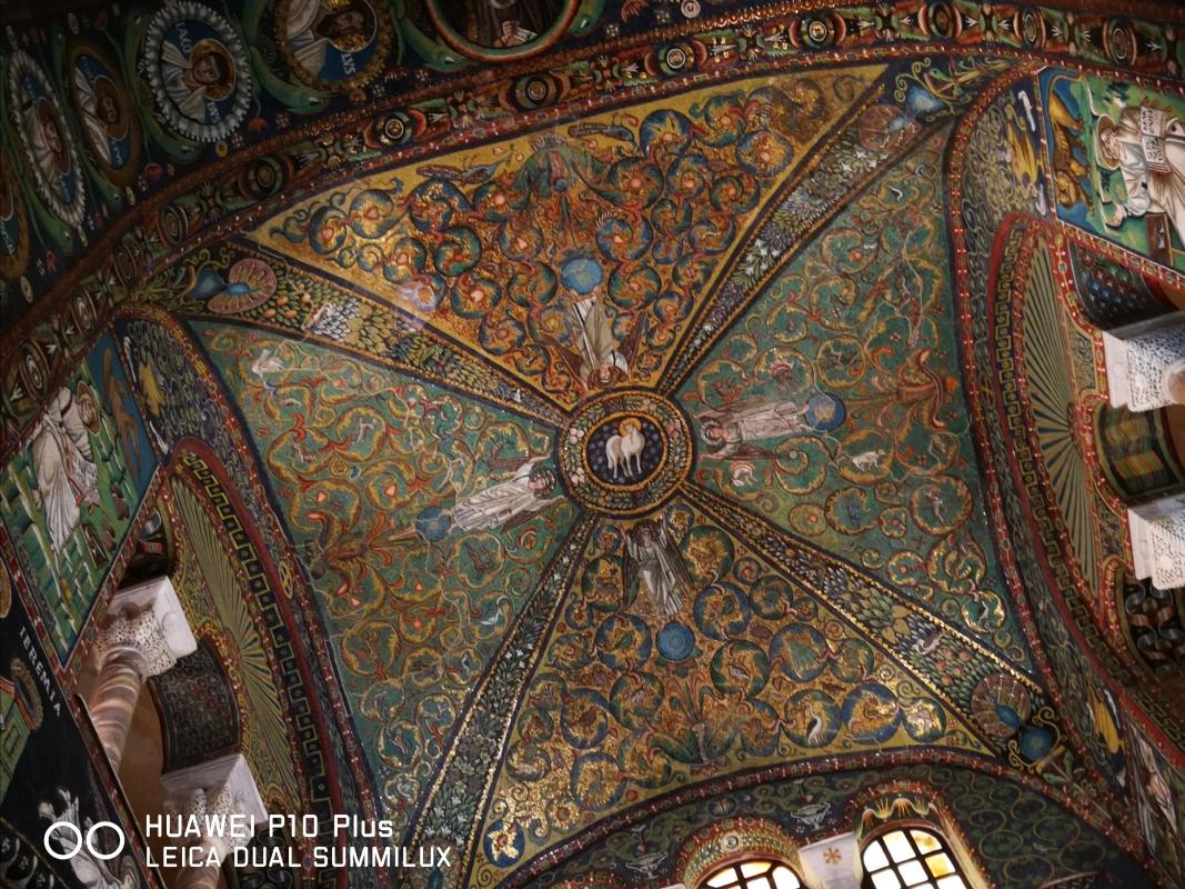 San Vitale - volta crociera del presbiterio con i quattro angeli che sostengono un clipeo con l'Agnus Dei - LadyBathory1974 - Ravenna (RA)