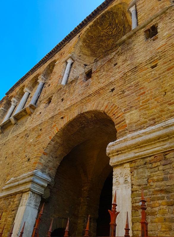 Chiesa di San Salvatore ad Chalchis cosiddetto Palazzo di Teodorico facciata col naso all'insù - Opi1010 - Ravenna (RA)