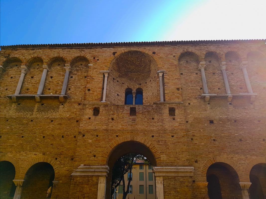 Chiesa di San Salvatore ad Chalchis cosiddetto Palazzo di Teodorico facciata in controluce - Opi1010 - Ravenna (RA)