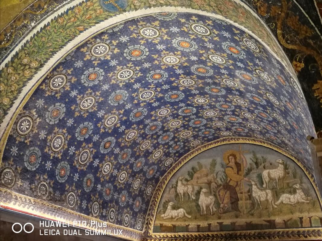 Mausoleo di Galla Placidia - prospettiva soffitto stellato e lunetta del buon pastore - LadyBathory1974 - Ravenna (RA)