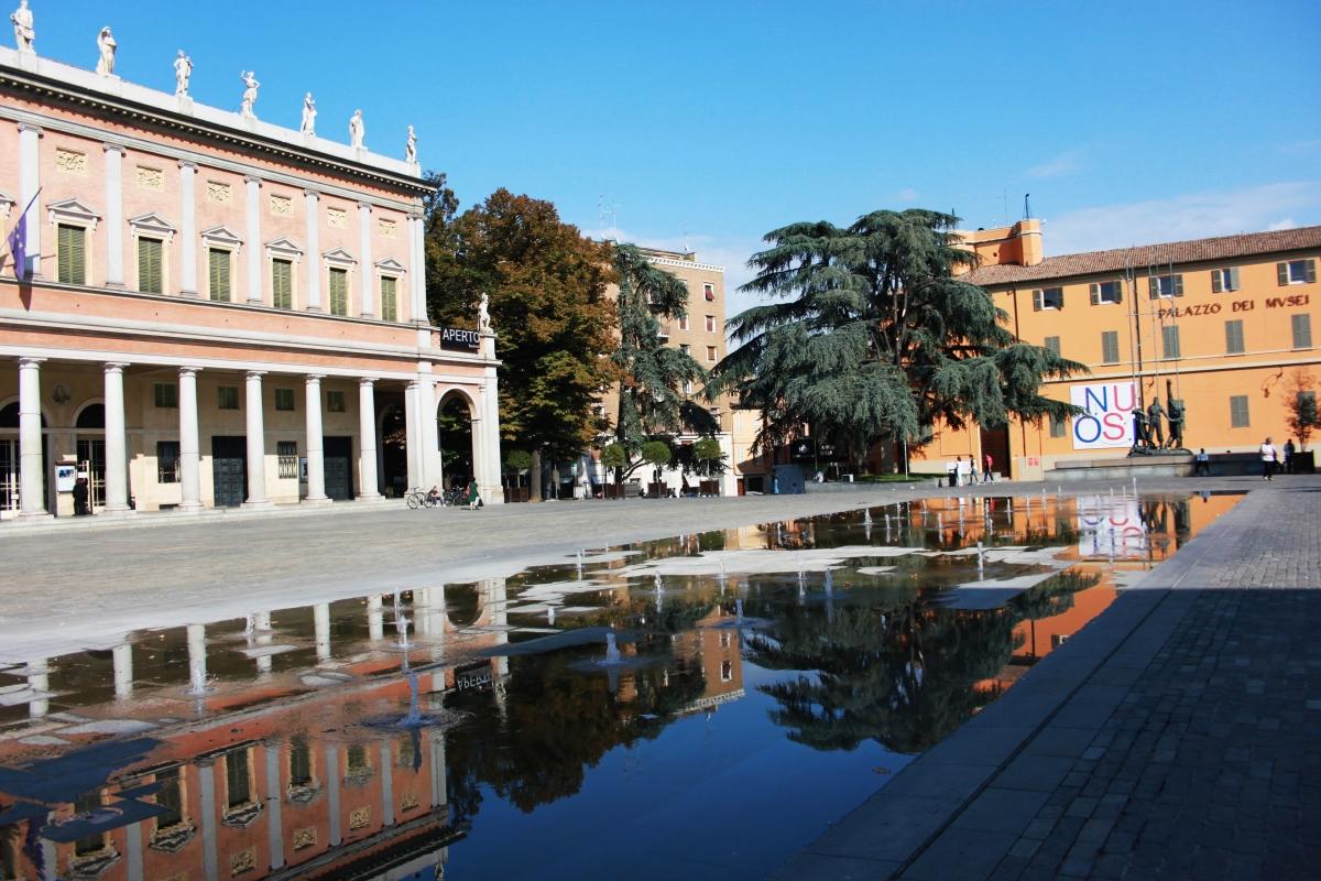 Teatro Municipale Romolo Valli e Fontana di Piazza Martiri - Giulia Bonacini Ph - Reggio nell'Emilia (RE)