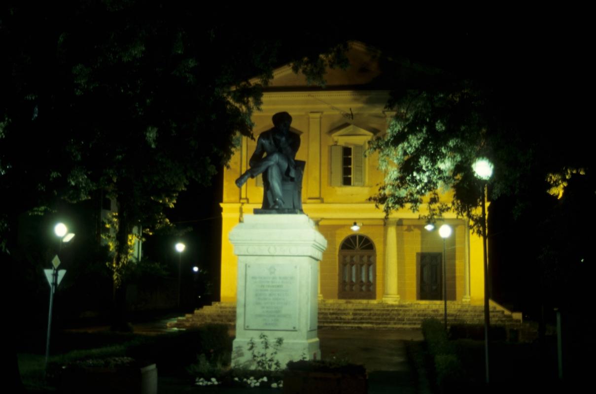 """Teatro di notte con la statua del pensatore del film """"la voce della luna"""" - Claudio Magnani - Reggiolo (RE)"""