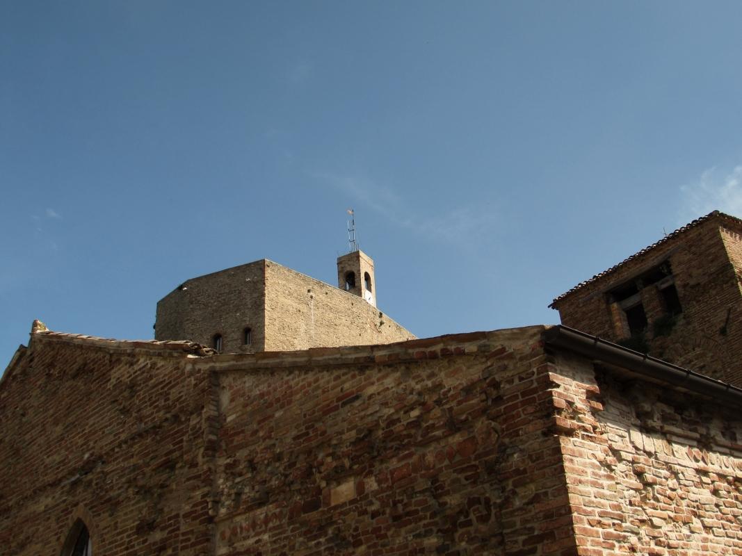 Chiesa di San Paolo con alle spalle la Rocca - LaraLally19 - Montefiore Conca (RN)