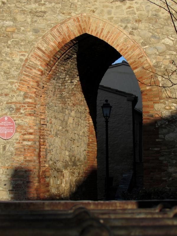 La casa ed un lampione nascosti dietro l arco - LaraLally19 - Montefiore Conca (RN)