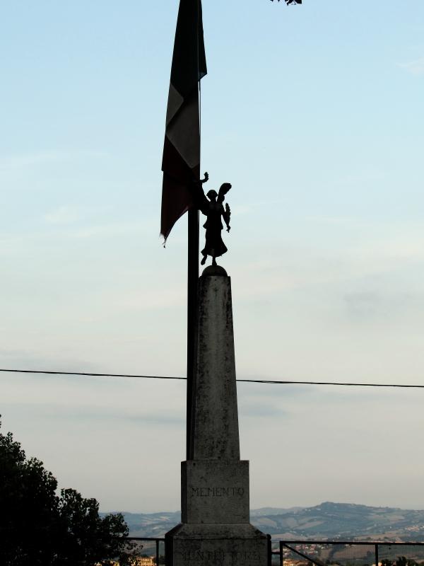Il monumento e il tricolore - LaraLally19 - Montefiore Conca (RN)