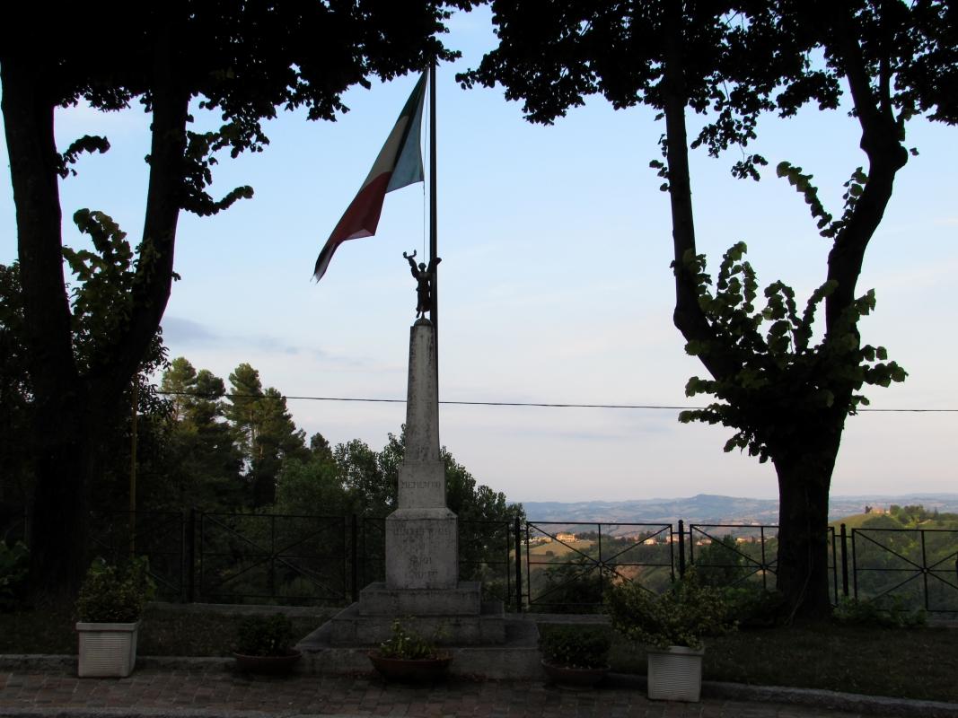 Il monumento il tricolore e il vento - LaraLally19 - Montefiore Conca (RN)