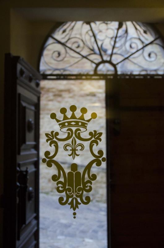 PALAZZO COMNUNALE - STEMMA COMUNALE NELLA VETRATA ALL'INGRESSO - FabioFromItaly - Montefiore Conca (RN)