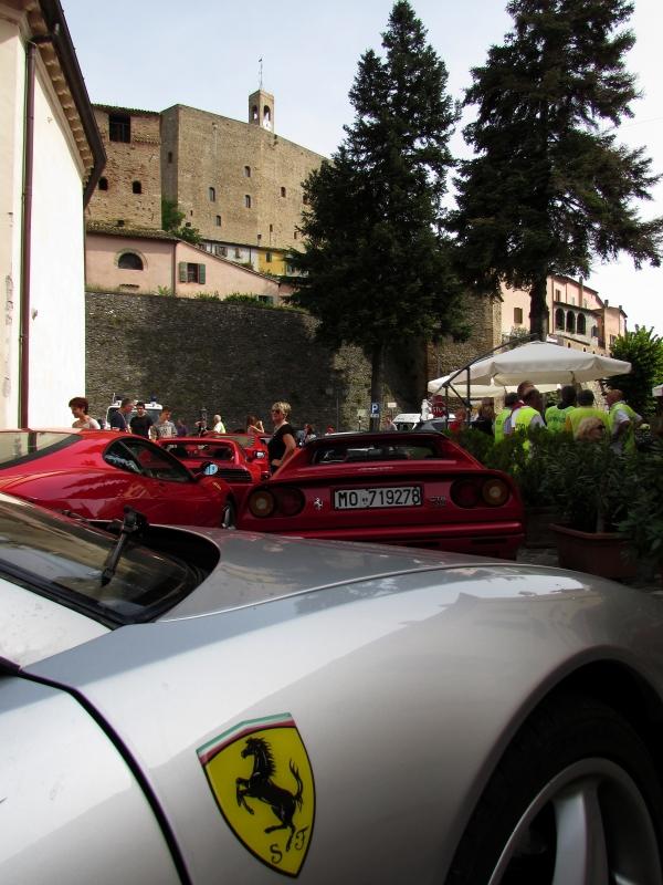 La piazza ed il raduno della Ferrari a Montefiore - LaraLally19 - Montefiore Conca (RN)
