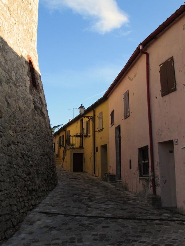 Via Roma intorno al castello - LaraLally19 - Montefiore Conca (RN)