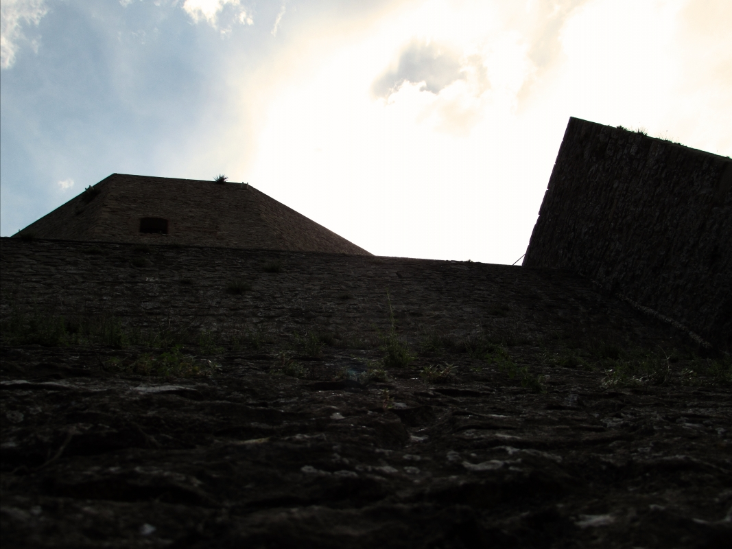 Maestosità della Rocca da via Roma - LaraLally19 - Montefiore Conca (RN)