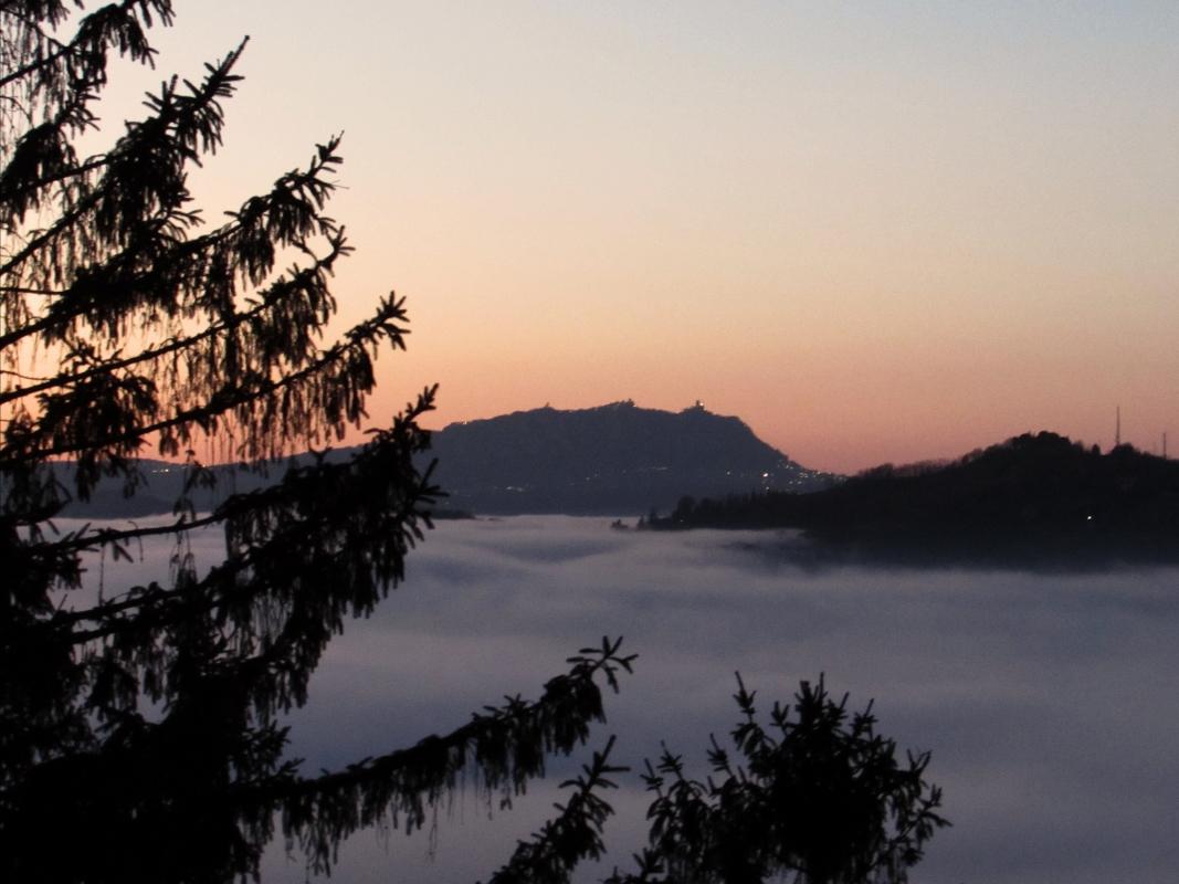 Vista dal piazzale con la nebbia - Larabraga19 - Montefiore Conca (RN)