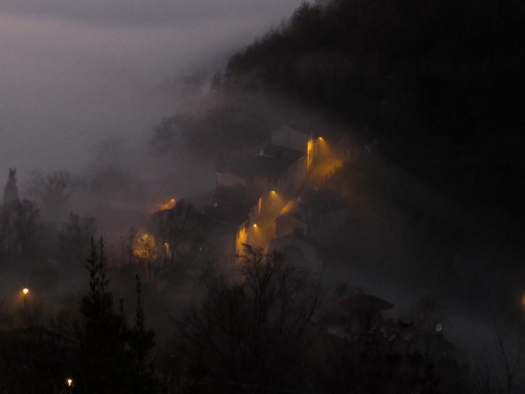 Vista dal piazzale, la nebbia tra le case - Larabraga19 - Montefiore Conca (RN)