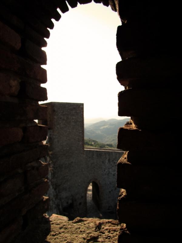 Un arco d'ingresso attraverso la finestra della Fortezza - Larabraga19 - Montefiore Conca (RN)
