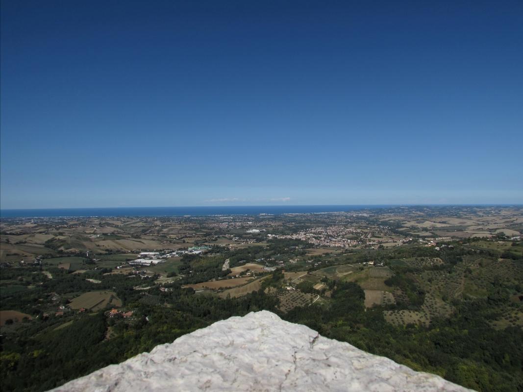 Tra cielo, mare e terra, dalla terrazza alta della Rocca - Larabraga19 - Montefiore Conca (RN)