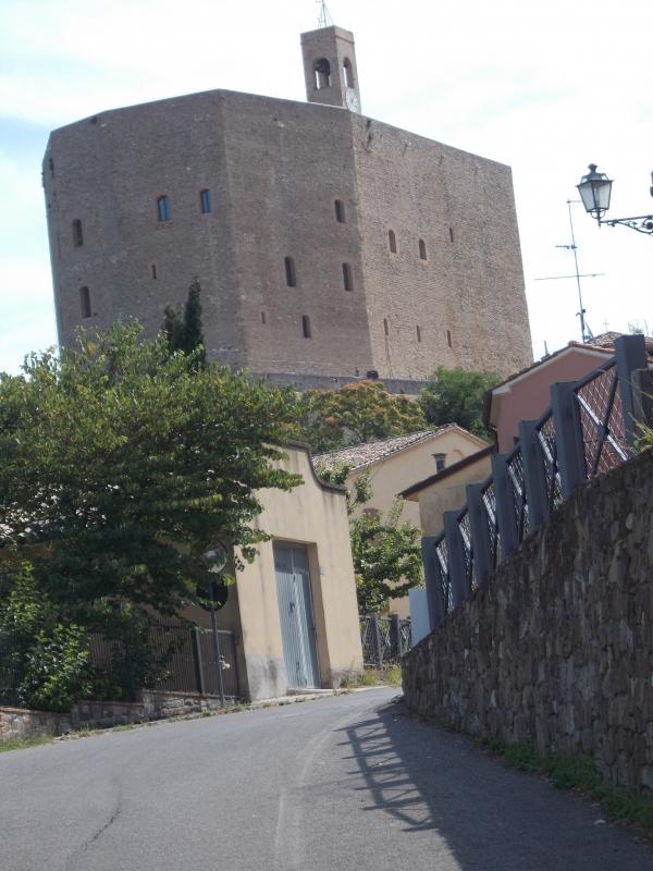 L'imponente Rocca Malatestiana dalla strada - Baroxse - Montefiore Conca (RN)