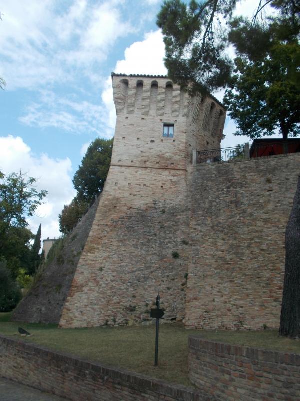 Le mura del castello dall'esterno - Baroxse - Montegridolfo (RN)