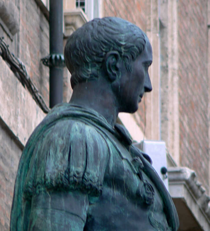 Rimini profilo statua di Giulio Cesare 2 - Paperoastro - Rimini (RN)