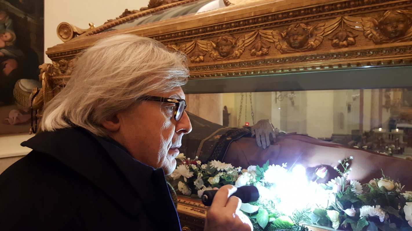 Vittorio Sgarbi guarda il corpo incorrotto di Santo Amato Ronconi - Marco Musmeci - Saludecio (RN)