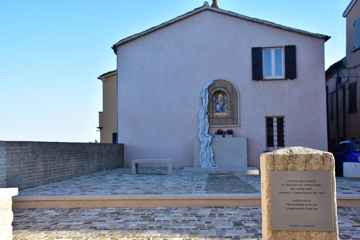 Piazzetta delle Grazie con targa - Daniela Lorenzetti - Mondaino (RN)