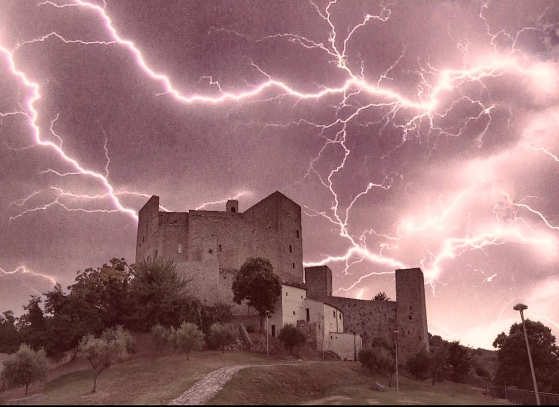 Montefiore Conca e la sua Rocca in una notte di Tempesta - Larabraga19 - Montefiore Conca (RN)