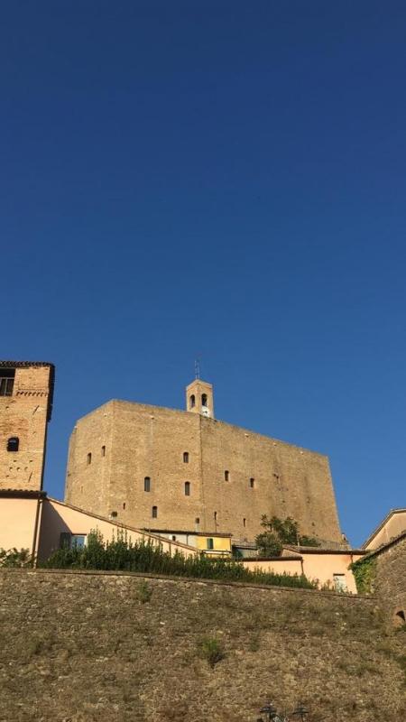 La Rocca spicca in tutta la sua bellezza nel cielo blu - Larabraga19 - Montefiore Conca (RN)