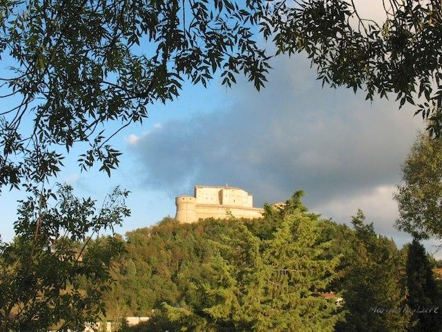 Forte di San Leo tra le fronde - Marinella Luft - San Leo (RN)