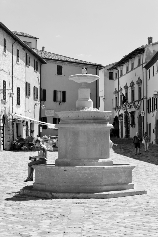Leggendo Piazza Dante - RobertaSavolini - San Leo (RN)