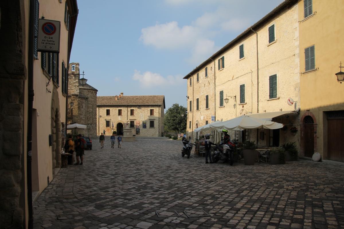 San Leo, piazza Dante Alighieri (02) - Gianni Careddu - San Leo (RN)
