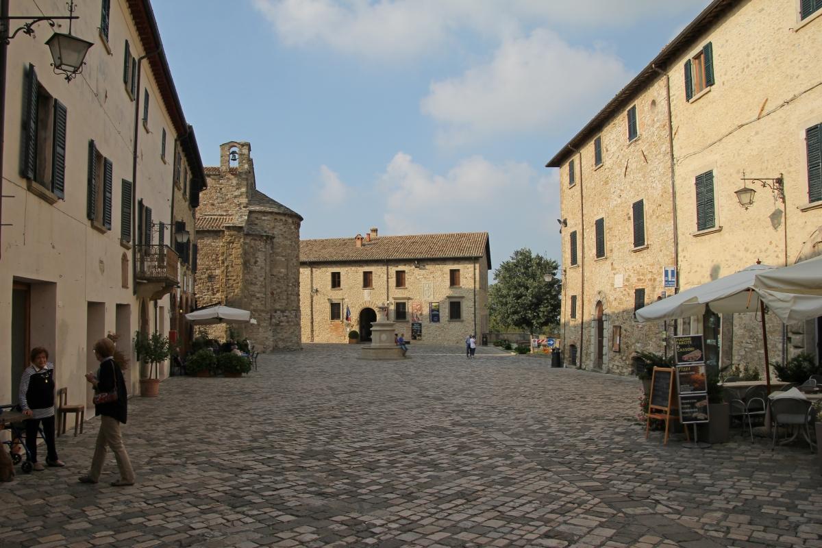 San Leo, piazza Dante Alighieri (01) - Gianni Careddu - San Leo (RN)
