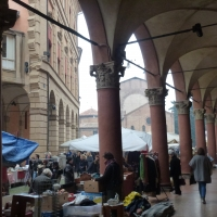Portico di Via Santo Stefano con il mercato - Eliocommons - Bologna (BO)