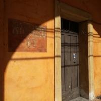 BO - Portici del Cortile di Palazzo Comunale 06 - Dettaglio Segnaletica dei Rifugi Antiaerei - ElaBart - Bologna (BO)