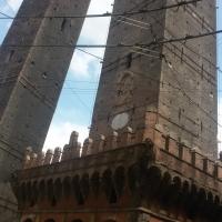 Le due torri a Bologna dal basso - Ilariaconte - Bologna (BO)