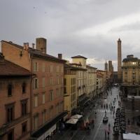 BO - Torri Asinelli e Garisenda - viste da una finestra delle Collezioni Comunali d'Arte - Palazzo d'Accursio - ElaBart - Bologna (BO)
