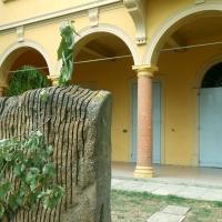 Particolare della Villa (esterno), con monumento - Lelleri - Bologna (BO)