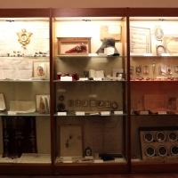 Imola, palazzo tozzoni, vetrina con oggetti collezionati - Sailko - Imola (BO)