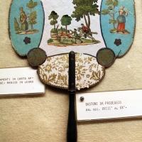 Ventaglio in cartone decorato a collage con figure dipinte in un bosco e animali, manico in legno, xviii secolo - Sailko - Imola (BO)