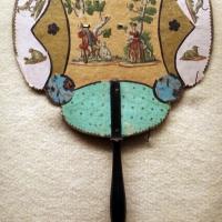 Ventaglio in cartone decorato a collage con due figure dipinte in un bosco e animali, manico in legno, xviii secolo - Sailko - Imola (BO)