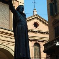 Statua di Ugo Bassi con chiesa dei Santi Gregorio e Siro - MarkPagl - Bologna (BO)