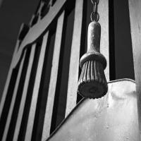 L'apriporta del cancello di palazzo Tozzoni - Bolorsi - Imola (BO)