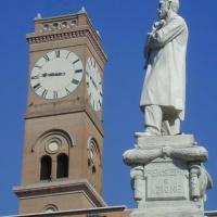 Palazzo Comunale, scorcio della Torre civica, vista con il monumento ad Aurelio Saffi dalla piazza omonima - Andrea savorelli - Forlì (FC)