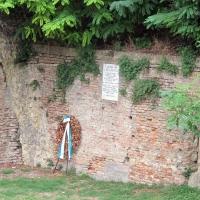 Cesena, rocca malatestiana, fossato, lapide 3 settembre 1944 - Sailko - Cesena (FC)