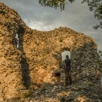 I resti del torrione Malatestiano al tramonto, con scultura lignea - Marco della pasqua - Borghi (FC)