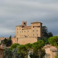 Castello Malatestiano visto da Piazza Tre Martiri - Gloria Molari - Longiano (FC)