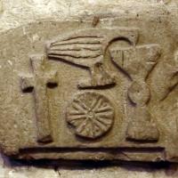 Forlì, san mercuriale, interno, rilievo bizantino con pellicano, calice eucaristico, ostia e croce latina - Sailko - Forlì (FC)