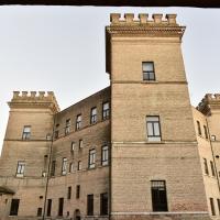 Vista del Castello, parte interna, dal Ristorante sotto i portici - Marianna57 - Mesola (FE)