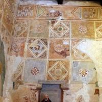 Scuola riminese, affreschi geometrici con bustini di santi, 1350-1400 ca. , affioramenti dell'XI secolo 05 - Sailko - Codigoro (FE)